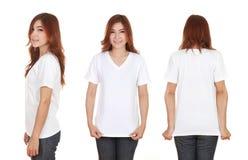 Hembra hermosa joven con la camiseta blanca en blanco Foto de archivo libre de regalías