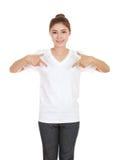 Hembra hermosa joven con la camiseta en blanco Imagenes de archivo