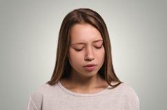 Hembra hermosa que mira abajo Muchacha triste Chica joven atractiva Imagen de archivo libre de regalías
