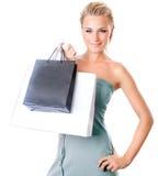 Hembra hermosa que sostiene bolsos de compras Imagen de archivo