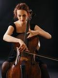 Hembra hermosa que toca el violoncelo Imagen de archivo