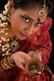 Hembra india de Diwali con la lámpara de aceite