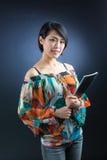 Hembra japonesa joven atractiva con la libreta Imagen de archivo