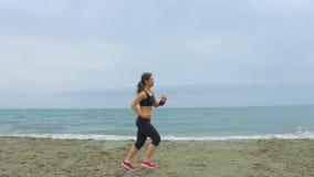 Hembra joven activa que corre rápidamente por la mañana Se divierte actividades al aire libre almacen de video