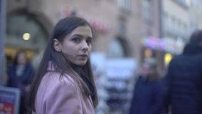 Hembra joven ansiosa que camina en la calle apretada y que da vuelta alrededor, paranoia metrajes