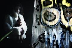 Hembra joven asustadiza con la muñeca Imagen de archivo