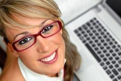 Hembra joven atractiva delante de una computadora portátil Fotografía de archivo libre de regalías