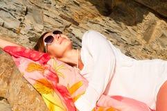 Hembra joven atractiva que presenta en la playa Fotografía de archivo libre de regalías