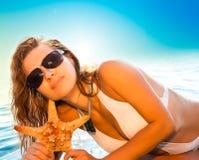 Hembra joven atractiva que presenta en la playa Imágenes de archivo libres de regalías