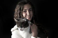 Hembra joven con el gato Foto de archivo