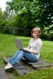 Hembra joven con la computadora portátil Fotos de archivo libres de regalías