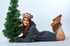 Hembra joven con un árbol de navidad Foto de archivo libre de regalías