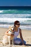 Hembra joven con un perro imagen de archivo libre de regalías