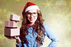 Hembra joven contenta en la tenencia del sombrero de la Navidad Imagenes de archivo