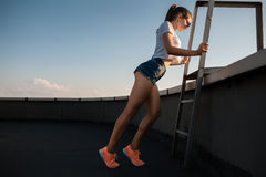 Hembra joven de la aptitud con el ejercicio muscular atractivo de los pies; Fotos de archivo libres de regalías