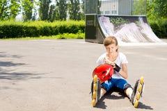 Hembra joven del patinaje sobre ruedas Imágenes de archivo libres de regalías