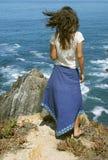 Hembra joven delante del océano fotos de archivo