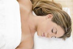 Hembra joven durmiente en toalla Fotografía de archivo libre de regalías