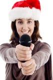 Hembra joven en el canto del sombrero de la Navidad Fotografía de archivo libre de regalías