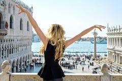 Hembra joven en el cuadrado de San Marco en Venecia Visión posterior Imagen de archivo libre de regalías