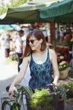 Hembra joven en Market Place Imagenes de archivo
