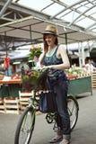 Hembra joven en Market Place Foto de archivo libre de regalías