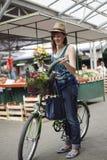 Hembra joven en Market Place Imagen de archivo