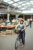 Hembra joven en Market Place Fotos de archivo libres de regalías