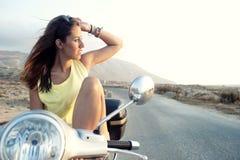 Hembra joven en viaje de la motocicleta Fotos de archivo libres de regalías