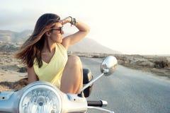 Hembra joven en viaje de la motocicleta Fotografía de archivo