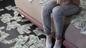 Hembra joven feliz que cuenta dólares y que los lanza para arriba, premio de la lotería, ganador almacen de metraje de vídeo