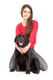 Hembra joven hermosa que abraza su perro Fotografía de archivo libre de regalías