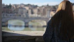 Hembra joven que disfruta de la vista de Tíber en Roma metrajes