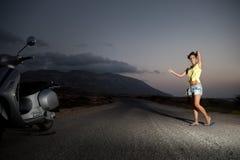 Hembra joven que hace autostop solamente en el campo Imagen de archivo