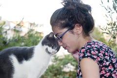 Hembra joven que sostiene su gato cariñoso Imágenes de archivo libres de regalías