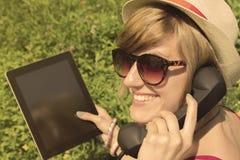 Hembra joven que tiene una llamada al aire libre Foto de archivo