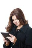 Hembra joven que usa la PC de la tableta Fotografía de archivo libre de regalías