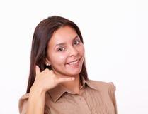 Hembra latina atractiva con gesto de la llamada Fotos de archivo