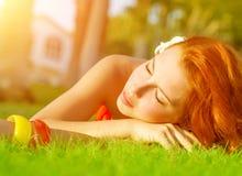 Hembra linda en hierba verde Imagen de archivo libre de regalías