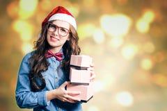 Hembra morena divertida en sombrero de la Navidad con tres Fotografía de archivo libre de regalías