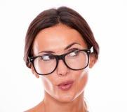 Hembra morena que pone mala cara atractiva con los vidrios Imagen de archivo libre de regalías