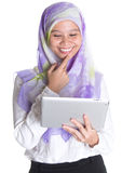 Hembra musulmán con la tableta VII del ordenador Fotografía de archivo