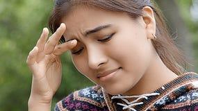 Hembra peruana joven del adolescente con dolor de cabeza Fotos de archivo libres de regalías
