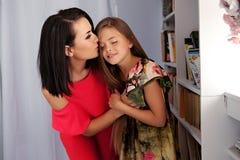 Hembra que besa a la niña linda Fotografía de archivo libre de regalías