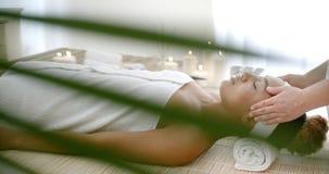 Hembra que consigue un masaje principal foto de archivo libre de regalías