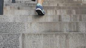 Hembra que corre para arriba la escalera para alcanzar las metas y los sueños, buscando para el éxito almacen de metraje de vídeo