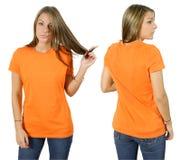 Hembra que desgasta la camisa anaranjada en blanco foto de archivo