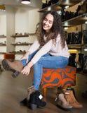 Hembra que elige los zapatos de las mujeres del invierno Fotos de archivo