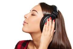 Hembra que escucha disfrutando de música en auriculares con los ojos cerrados Imagenes de archivo