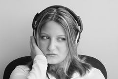 Hembra que escucha los auriculares Fotografía de archivo libre de regalías